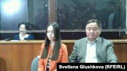 Подсудимая Анар Мешимбаева (слева). Рядом сидят ее отец и дочь. Астана, 14 февраля 2014 года.