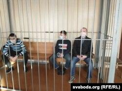 Абвінавачаныя (зьлева направа) Леанід Кавалёў, Мікіта Залатароў і Дзьмітры Карнееў
