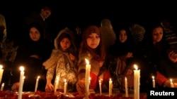 Përkujtim i viktimave të masakrës së talibanëve në shollën në Peshavar