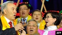 Қазақстан президенті Нұрсұлтан Назарбаев өзін қолдаушылармен кездесті. Астана, 4 сәуір 2011 жыл.