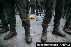 Ofițeri care au împrejmuit locul unde un bărbat și-a dat foc în semn de protest, aproape de sediul președinției ucrainene, Kiev, 26 februarie.(Iryna Hromotska, RFE/RL)