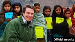 Американский писатель Грег Мортенсон с ученицами школы в регионе Азад Кашмир.