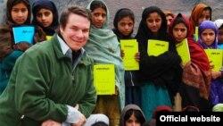 Greg Mortenson Nowseridäki mekdep okuwçylarynyň arasynda, Pakistan.