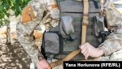 Нова українська форма на бійці 72 окремої механізованої бригади. Волновахський район, 25 вересня 2015 року