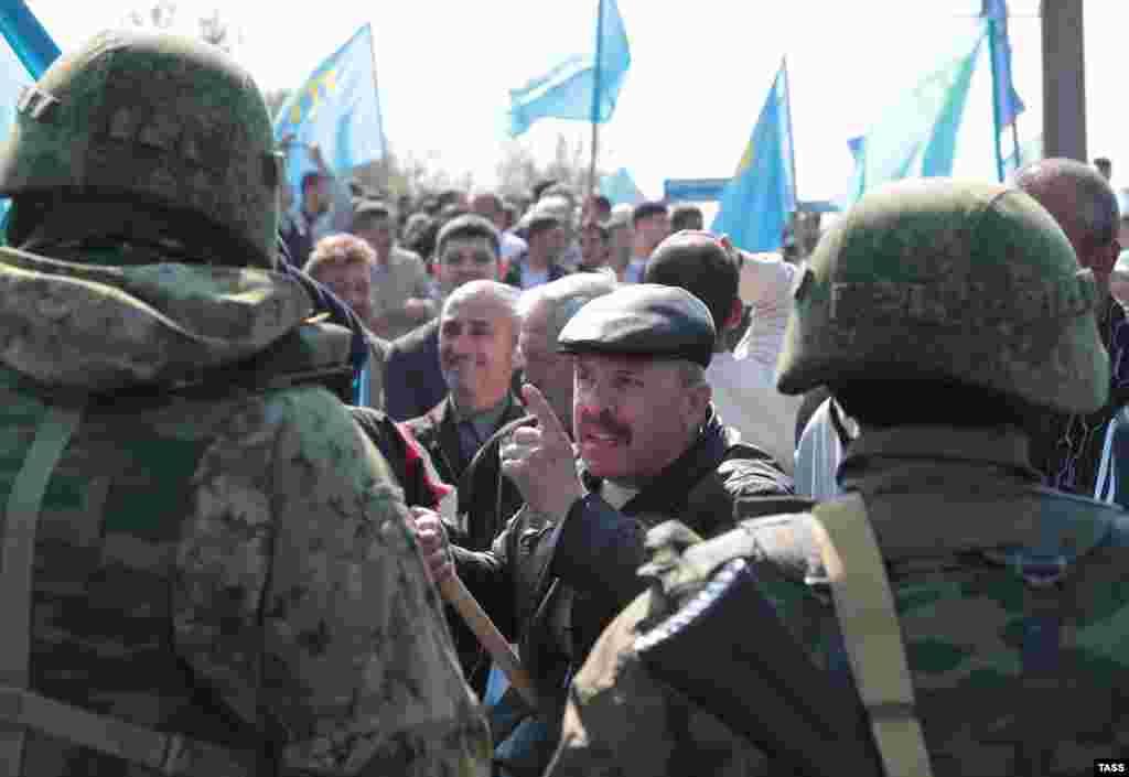 «Некоторые из людей старались поговорить и объяснить этим военным, что это – территория Украины и что мы имеем право передвигаться по этой земле беспрепятственно»,– добавляет крымскотатарский активист Османов
