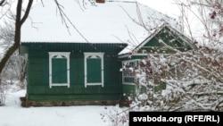 Пасьляваенны дом Адамовічаў з кустамі каліны на падворку