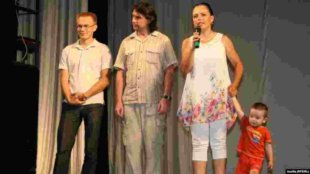 Татар яшьләре көннәрен башлаучыларның берсе Миләүшә Шарапова(у) һәм җыенның ветераннары