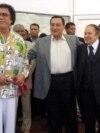 حسنی مبارک در میان معمر قذافی، رهبر لیبی،(چپ) و عبدالعزیز بوتفلیقه، رئیسجمهوری الجزایر، در سال ۲۰۰۵ میلادی