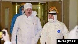 Александр Лукашенко ҳангоми боздид аз бемористоне дар Минск. 27-уми ноябри 2020