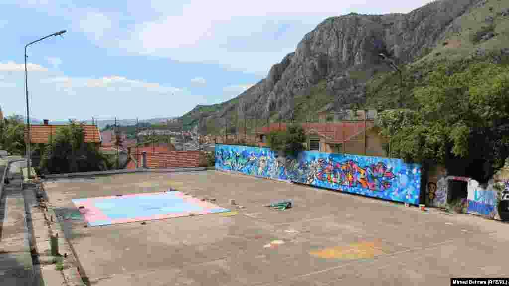 Mural na igralištu Partizan, iznad ruševine predratne Škole učenika u privredi u Mostaru, u neposrednoj blizini Starog mosta. Mural je rezultat graffiti-radionice koju su sa mladima Mostara proveli članovi Save The Future ekipe umjetnika iz Sarajeva.
