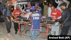 Пакистанские волонтеры перевозят раненного в результате взрыва в Кветте. 23 июля 2019 года.