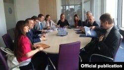 Pamje nga një takim i kryeministrave të Kosovës dhe Serbisë, Isa Mustafa dhe Aleksandar Vuçiq, me ndërmjetësimin e BE-së.