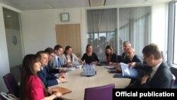 Pamje nga takimi i sotëm në Bruksel, ndërmjet delegacioneve të Kosovës dhe Serbisë me ndërmjetësimin e Federica Mogherinit (në mes)