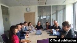 Pamje nga takimi i djeshëm në Bruksel ndërmjet delegacioneve të Kosovës (djathtas) dhe Serbisë me ndërmjetësimin e Federica Mogherinit (në mes)