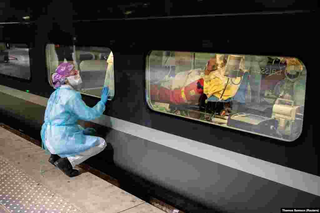 Медицински специалист гледа през прозореца на френски високоскоростен влак, преди да евакуира пациенти с коронавирус от Париж в Бретон на 1 април.