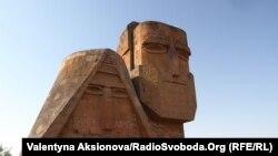 Монумент «Мы - наши горы» в Карабахе