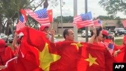 Местные жители выстроились вдоль улиц с плакатами с требованиями признать независимость Тибета