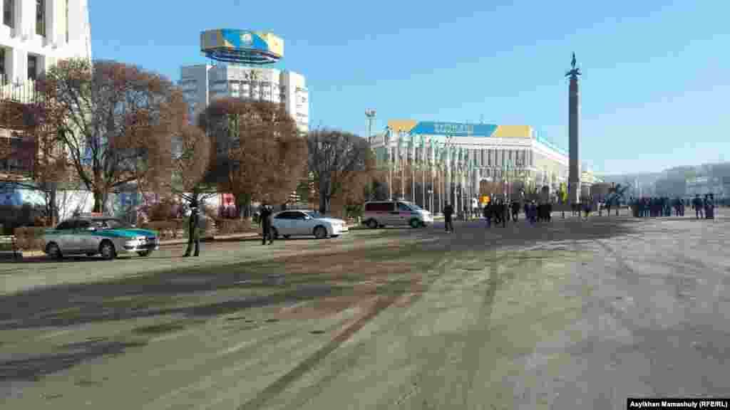Республика алаңында жүрген жұрт пен полиция қызметкерлері. Алматы, 16 желтоқсан 2015 жыл.