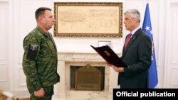 Presidenti Hashim Thaçi gjatë ceremonisë së dekretimit të komandantit të FSK-së, Rrahman Rama