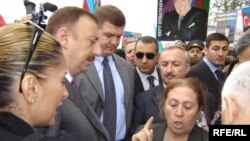 Prezident Şamaxı rayonunda şikayətçiləri dinləyir. 26 aprel 2005
