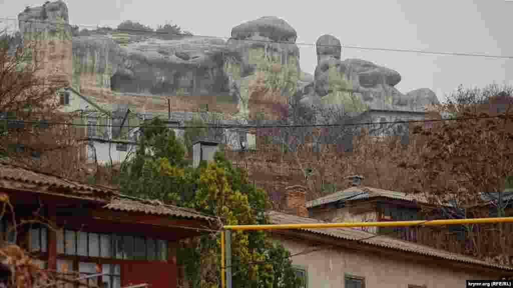 Вулиця Басенка з видом на гори