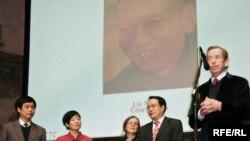 Вацлав Гавел кытайлык диссидентке сыйлык ыйгарууда, 11-март, 2009