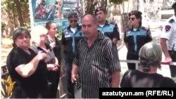Որդեկորույս ծնողները Բաղրամյան փողոցի սկզբնամասում բանակցում են ոստիկանների հետ, Երևան, 2-ը հուլիսի, 2015թ.