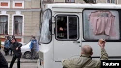 Пророссийские активисты бросают камни в милицейский автобус. Харьков, 8 апреля 2014 года.