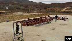 Dy punëtorë duke punuar në ndërtimin e një objekti në Kosovë. Foto nga arkivi.