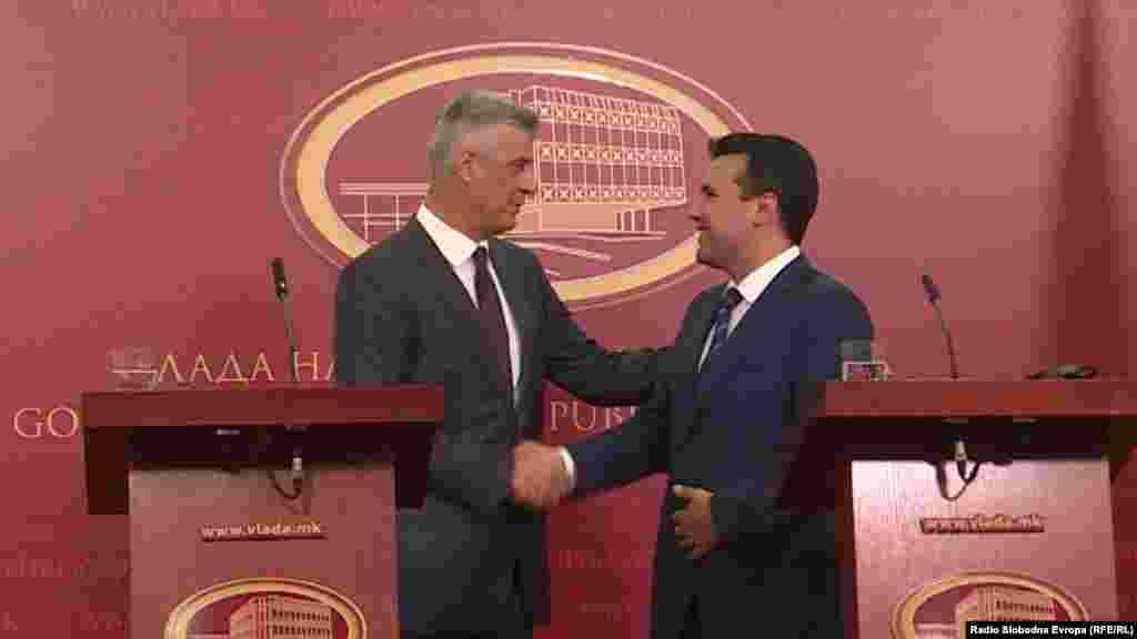 КОСОВО - Косовскиот претседател Хашим Тачи изјави дека македонскиот премиер Зоран Заев му телефонирал и ги разјасниле изјавите што им ги дал на руските комичари, кои се претставиле како поранешниот украински претседател Петро Порошенко. Тачи додаде дека нема пречки во македонско-косовски односи.