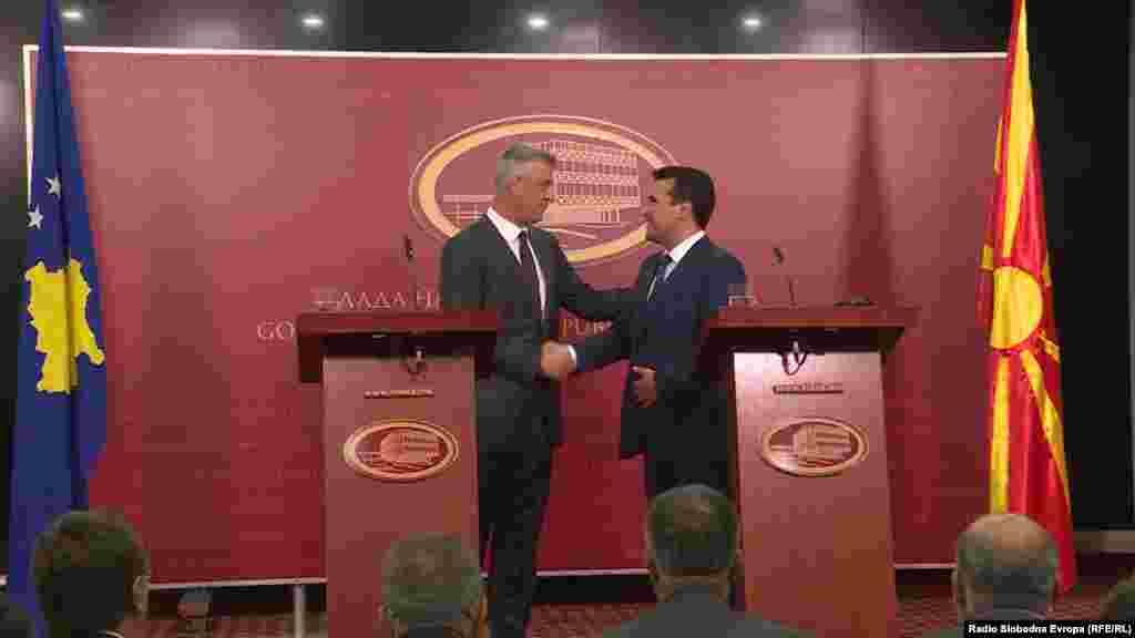 МАКЕДОНИЈА - Косовскиот претседател Хашим Тачи, за време на заедничка прес -конференција со премиерот Зоран Заев, ги повика граѓаните да излезат да гласаат на референдумот. Тој порача дека тие треба да заокружат ЗА и да го искористат историскиот момент за земјата со цел стабилност и мир на регионот.