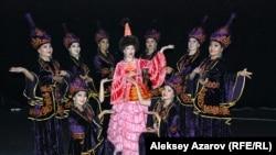 Танцовщицы из бишкекского ансамбля «Береке» в Алматы исполнили два народных танца.
