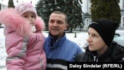 Шығыс Украинадағы майданға аттанғалы тұрған 51 жастағы Игорь балалары – екі жасар Боженко және 14 жасар Назармен. Львов, 10 ақпан 2015 жыл.