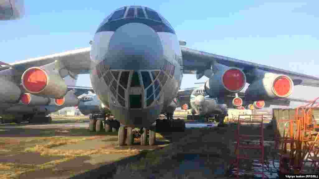 Масса этого самолета - 182 тонны, грузоподъемность - 50 тонн. В первый раз он поднялся в небо в 1982 году. Такие самолеты выпускал Чкаловский завод в Ташкенте.