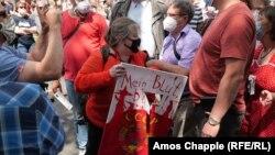 """Надписът на плаката в ръцете на рускинята Екатерина Малдън гласи: """"Моята кръв, моля"""""""