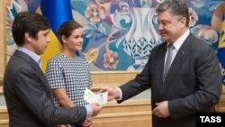 Петро Порошенко вручає українські паспорти росіянам Володимиру Федоріну й Марії Гайдар
