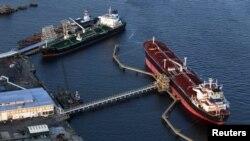 АҚШ мұнай өңдеу зауыты маңында тұрған қытайлық мұнай танкерлері. АҚШ, Нью-Джерси штаты, 24 тамыз 2011 жыл. (Көрнекі сурет)