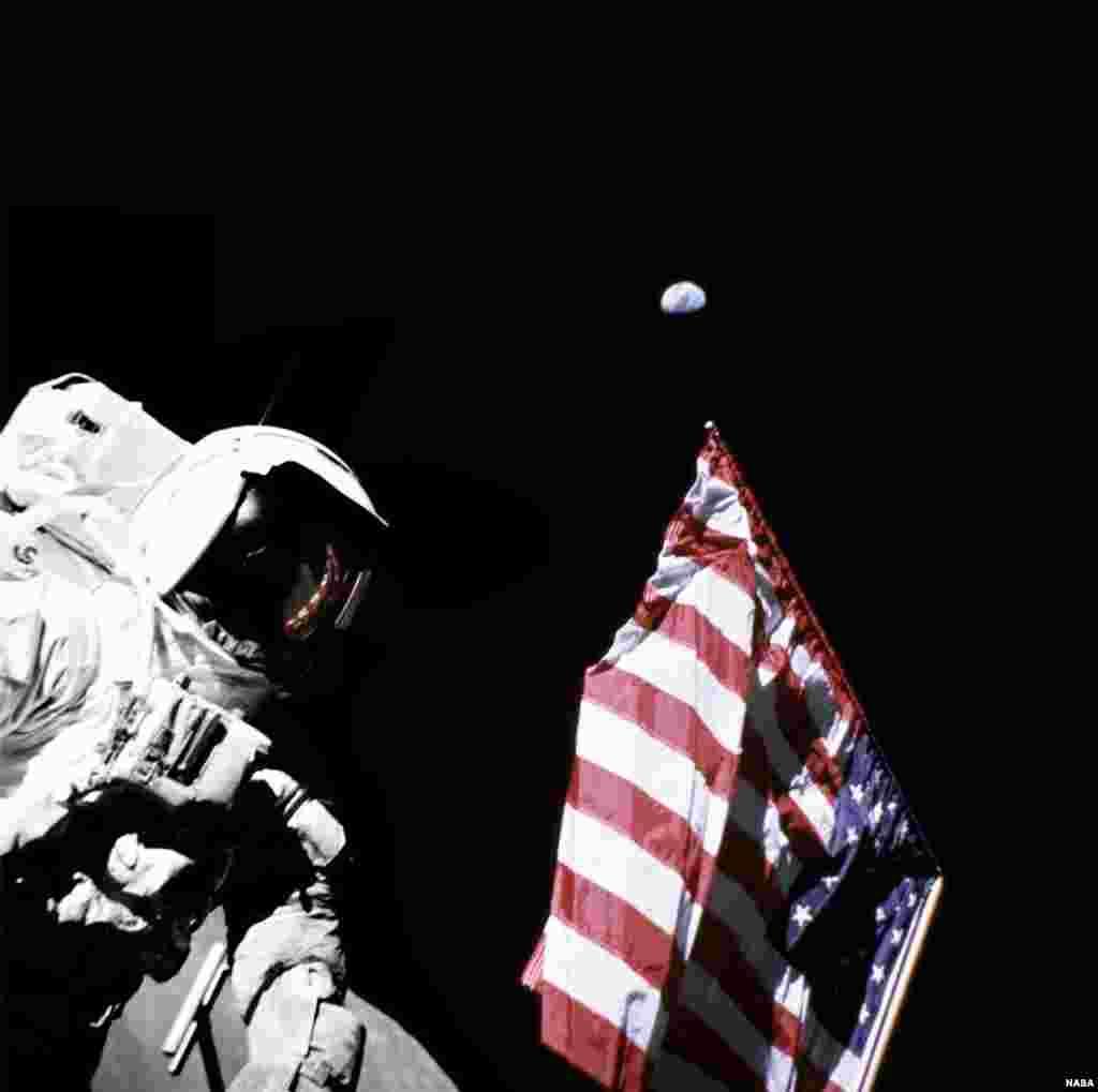 Американские флаги, установленные на Луне, побелели: за 40 лет солнце полностью выжгло красный и синий цвета.