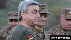 Ermənistanın prezidenti Serzh Sarkisian Qarabağdakı erməni əsgərləri arasında. 12 noyabr 2010.