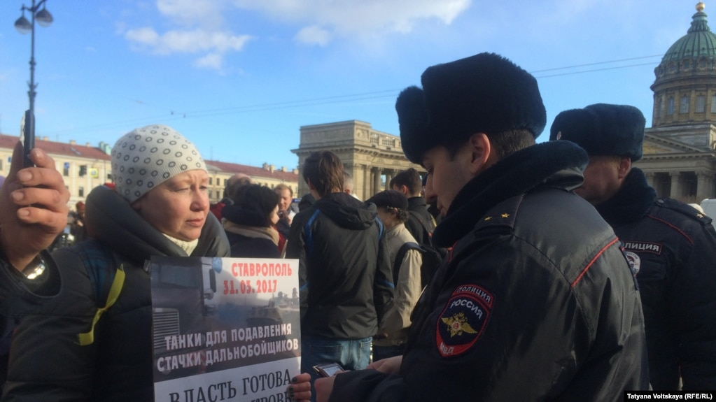 В Петербурге задержали десять участников акции в поддержку дальнобойщиков