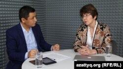 Ведущий программы AzattyqLIVE Касым Аманжолулы и экономист Меруерт Махмутова. Алматы, 16 октября 2015 года.