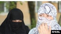 Жены задержанных узбекских беженцев. Алматы, 10 июня 2010 года.