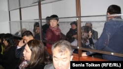 """Подсудимые по делу """"ОПГ Рыскалиева"""" и их адвокаты в зале суда. Атырау, 14 ноября 2014 года."""
