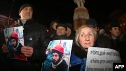 В руках протестующих в Киеве – фотографии погибшего в столкновениях активиста Сергея Нигояна