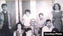 الجواهري في جلسة عائلية ببغداد عام 1959