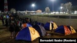 Migranti spavaju u šatorima na srpsko-mađarskoj granici kod mesta Kelebija u Srbiji, februar 2020.