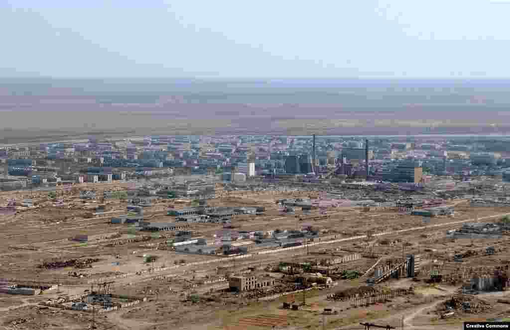 Вигляд на місто Байконур з повітря в 2009 році, коли населення міста становило 36 000 осіб. Вся економіка Байконуру базується на космічній індустрії. У радянські часи 70 відсотків населення були етнічними росіянами, решта – казахи. З часів розпаду СРСР пропорції змінилися на прямо протилежні