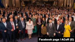 Primarii de comune se plâng că bugetele lor sunt afectate de modul în care Guvernul împarte banii. Imagine generică a Asociației Comunelor din România cu președintele Iohannis.