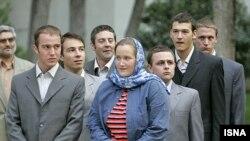ملوانان بریتانیایی در ایران قبل از دیدار با محمود احمدی نژاد.(عکس: ایسنا)