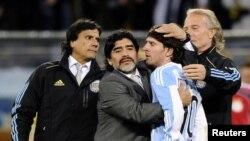 Диего Марадона (второй слева) успокаивает Лионеля Месси после разгрома от Германии на Кубке мира-2010, 3 июля 2010